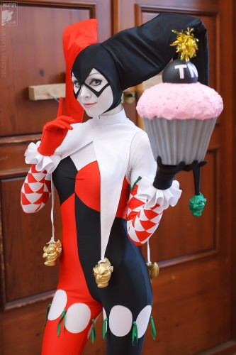 harley quinn cosplayer with cupcake