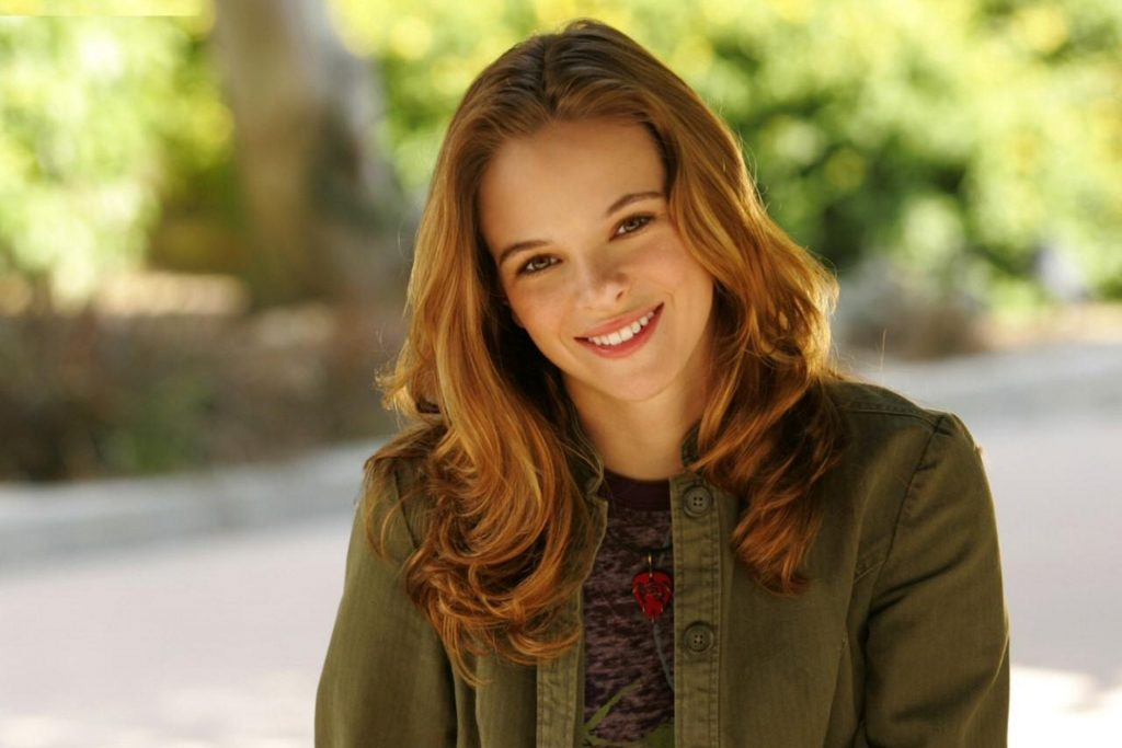 Danielle Panabaker gives you an inviting smile 1024x683 Danielle Panabaker gives you an inviting smile
